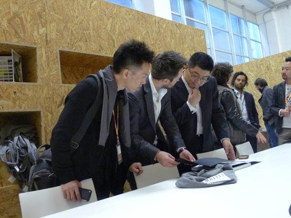 """在 """"设计营商法则""""推动下,越来越多中国优秀品牌企业通过国际交流项目和奖项赞助等方式参与设计周。   记者:对,广州国际设计周相关新闻的曝光率特别高。   张宏毅:设计在商业化的环境里才能进步;而商业化的产品生产与销售又需要设计的大力参与和辅助,他们是相辅相成、互为促进的关系。可在中国,整个行业做得还大大不够,商业落地做得总缺乏底气。广州国际设计周这几年为客户研发了多个营销模式,协助他们在工程渠道和商业层面进行有效、精准沟通。不仅如此,我们也成为了国际资源进入中国的首站,带动"""