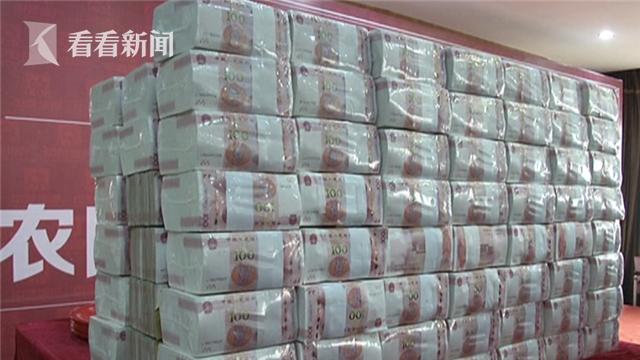 单位给农民工发工资:现场1800万现金堆成山